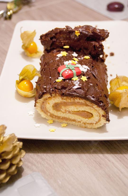 Bûche au chocolat praliné et poires, glaçage au chocolat noir